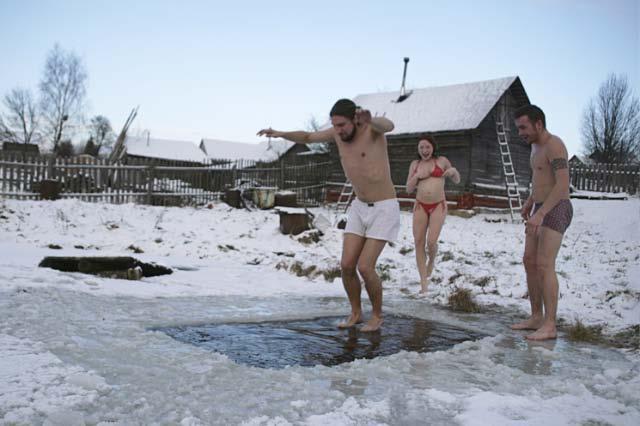 Закаливание после бани зимой