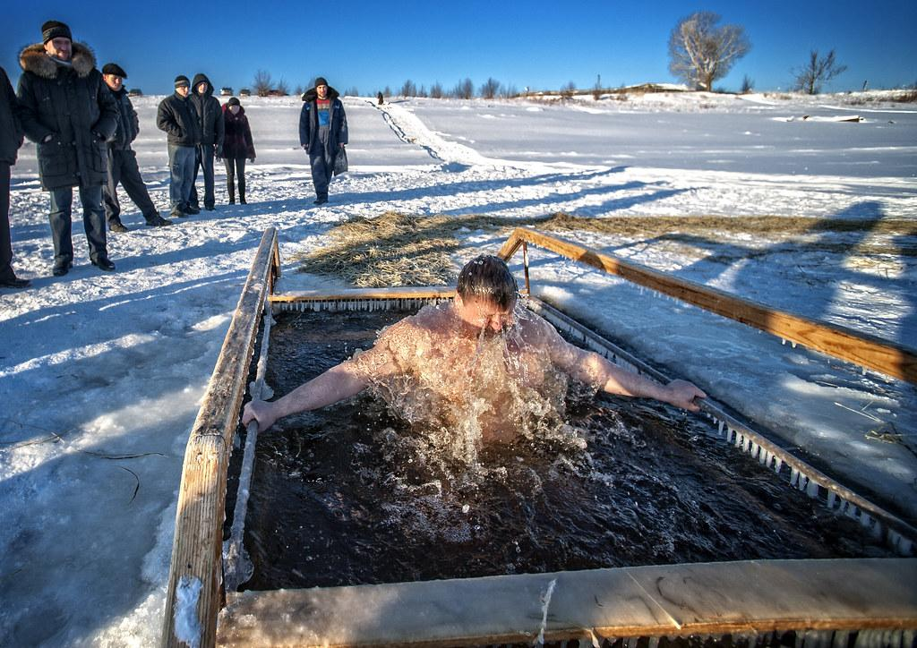 Купание в проруби на крещение зимой