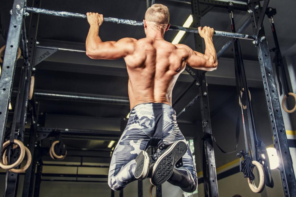 Что лучше: подтягивания или вертикальная тяга?