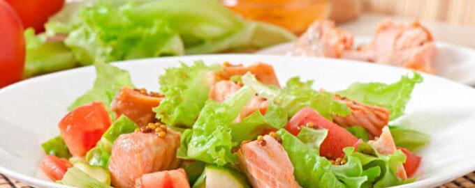 Лосось с листьями салата