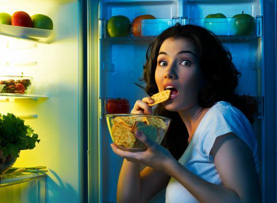 Почему ночной прием пищи приводит к ожирению