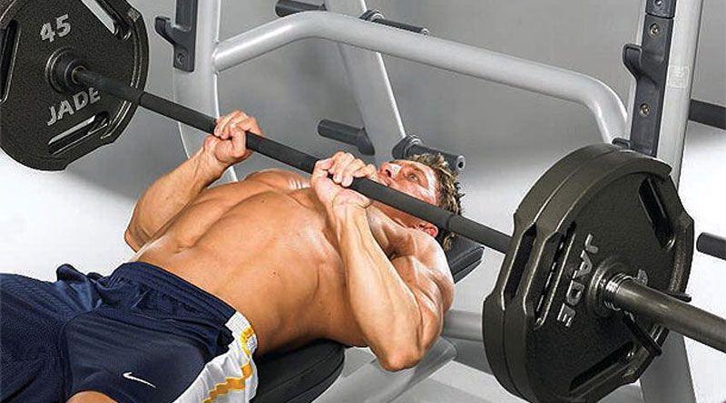 Фото правильного выполнения упражнения: жим штанги лежа на скамье